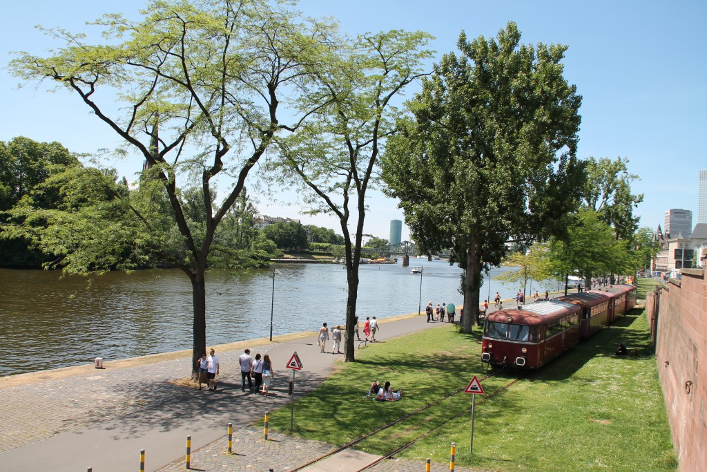 """Im Zuge des """"Frankfurter Tag der Verkehrsgeschichte"""" ist 798 829 mit seiner vierteiligen Schienenbusgarnitur auf der Hafenbahn unterwegs."""