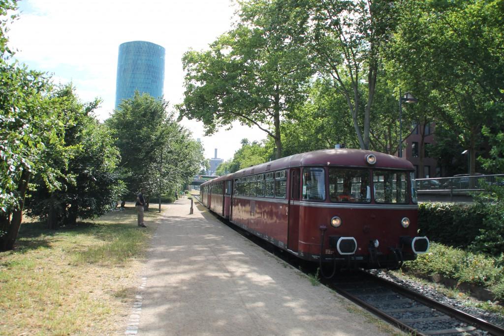 Vor dem Apfelweinglas in Frankfurt auf der Hafenbahn hält 798 829 am 14.06.2014.