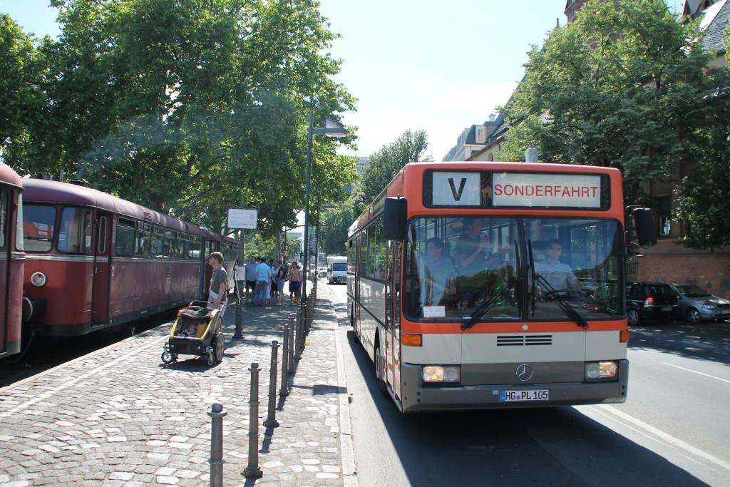 """Am 14.06.2015 trafen sich am Eisernen Steg, auf der Hafenbahn, Schienenbusse und ein Omnibus zum """"Frankfurter Tag der Verkehrsgeschichte""""."""