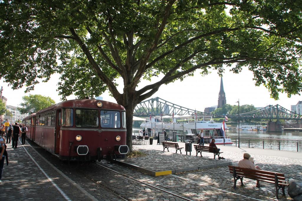 """Am Eisernen Steg auf der Hafenbahn hält zum """"Frankfurter Tag der Verkehrsgeschichte"""" am 14.06.2015 eine Schienenbusgarnitur geführt von 996 677."""
