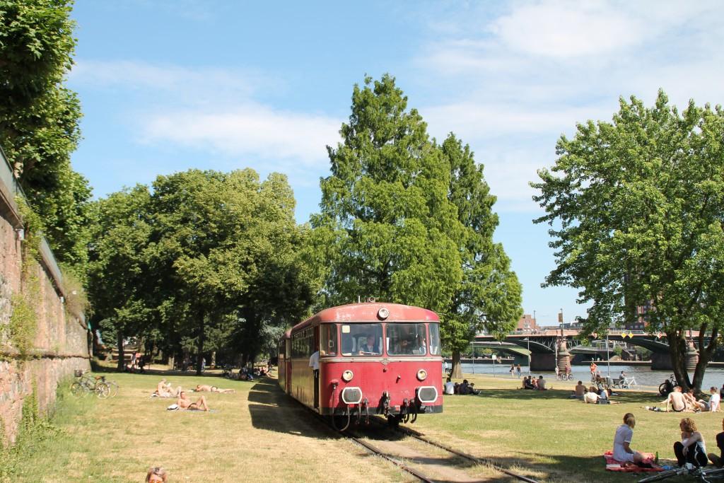 """Zwischen den Parkbesuchern sucht sich,. am 14.06.2015, im Zuge des """"Frankfurter Tag der Verkehrsgeschichte"""" 996 677 seinen Weg über die Hafenbahn in Frankfurt."""