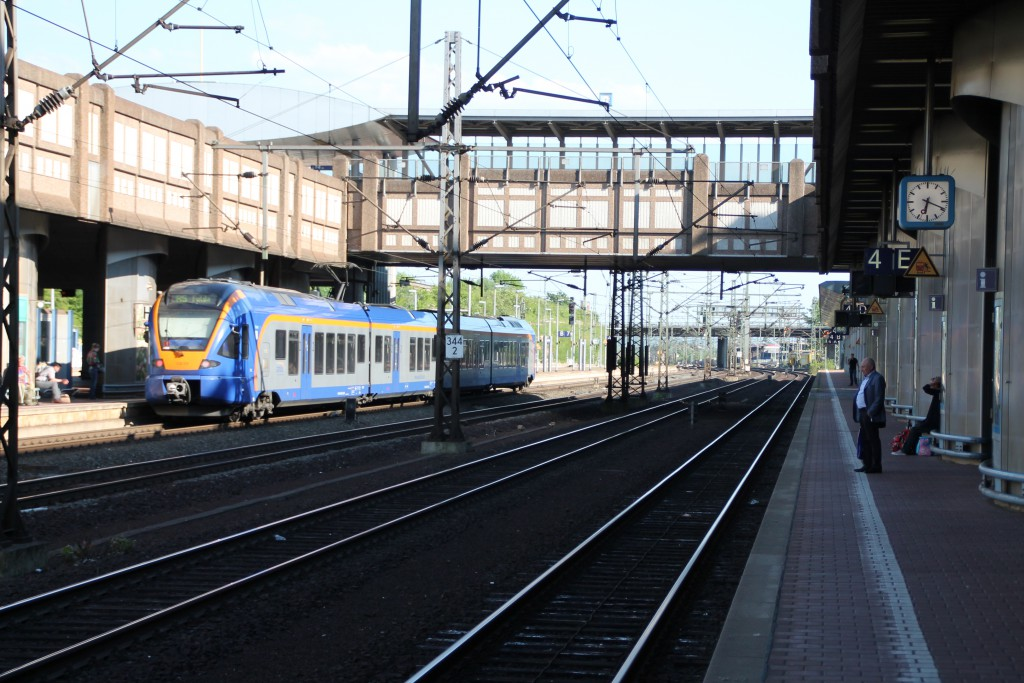 Am 05.06.2015 wartet ein FLIRT der CANTUS im Bahnhof Kassel-Wilhelmshöhe auf Ausfahrt in Richtung Fulda.