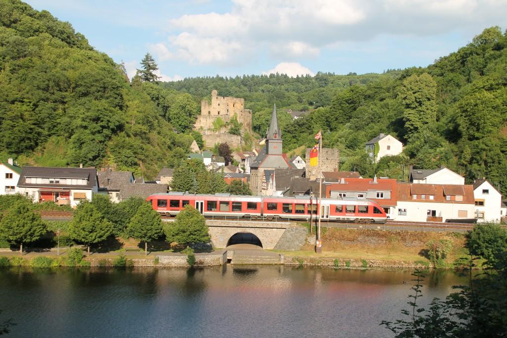 Am 13.06.2015 durchfährt ein LINT, der DB als Regionalbahn, Balduinstein auf der Lahntalbahn.