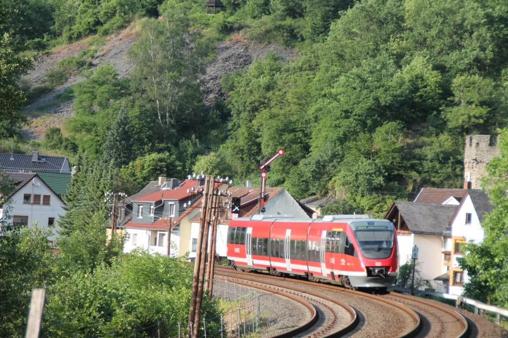 Ein TALENT der DB passiert am 13.06.2015 als Regionalbahn das Einfahrsignal von Balduinstein auf der Lahntalbahn.