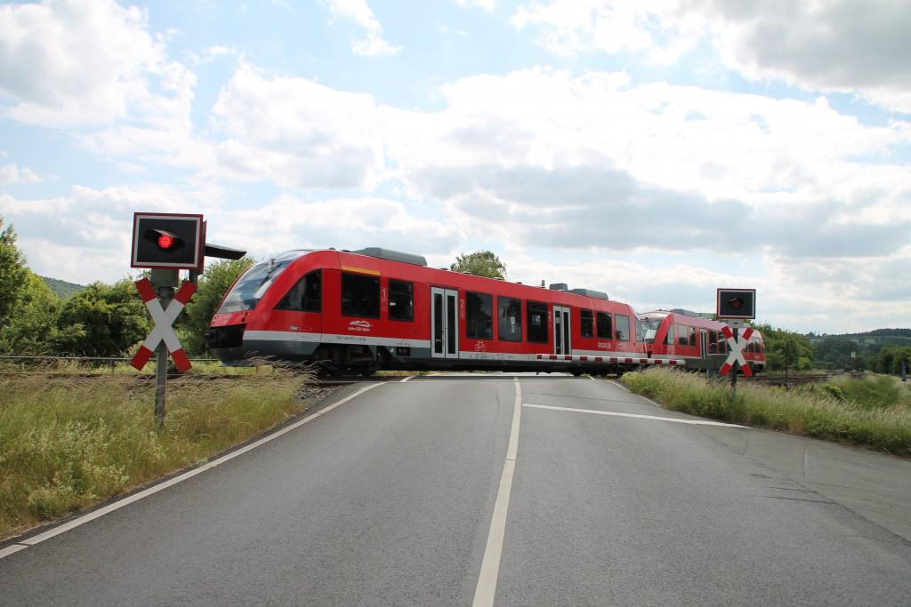 Zwei kurze LINT der DB überqueren am 09.06.2015 den Bahnübergang in Biskirchen auf der Lahntalbahn.
