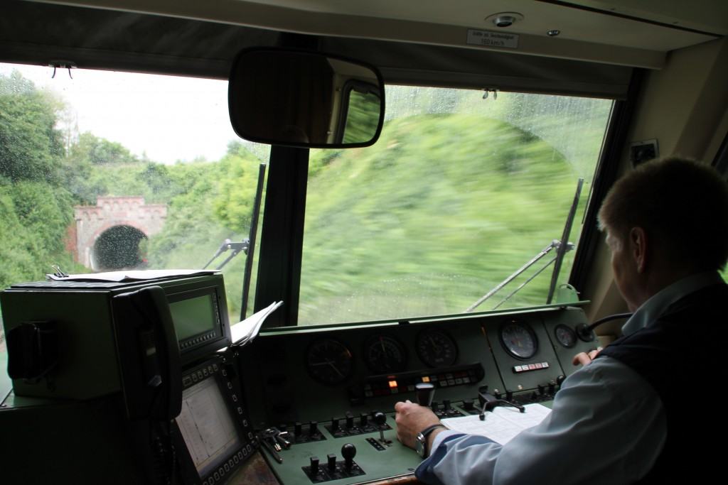 610 011 fährt am 13.06.2015 in den Freiendiezer Tunnel auf der Lahntalbahn ein.