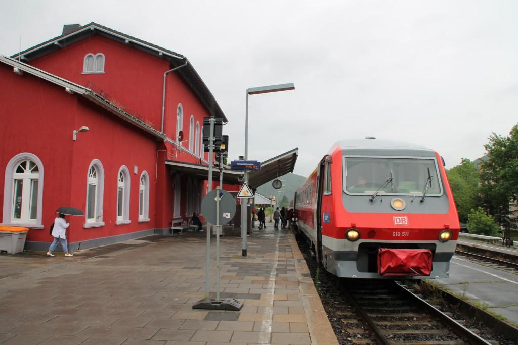 610 011 hält am 13.06.2015 mit seinem Sonderzug zum DB-Museum im Bahnhof Nassau auf der Lahntalbahn.