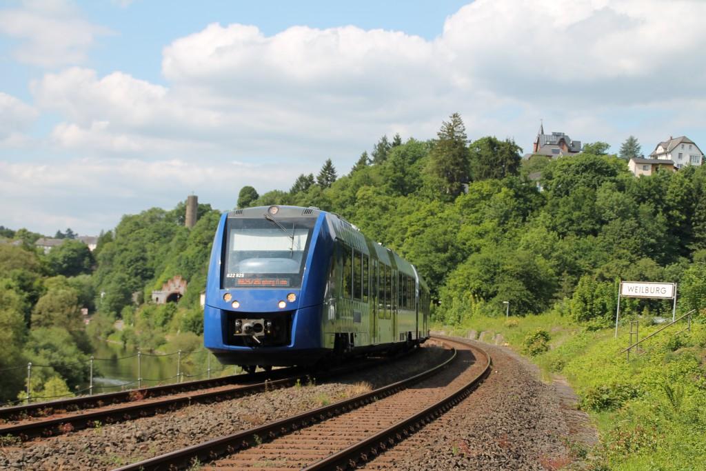 Ein LINT der VLEXX ersetzt am 09.06.2015 eine Regionalbahn der HLB über die Lahntalbahn, gerade passierte er den ehemaligen Abzweig Gensberg bei Weilburg.