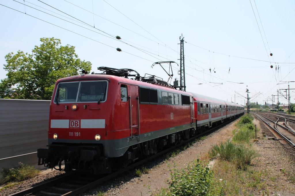 111 191 erreicht am 07.06.2015, mit ihrer Regionalbahn nach Frankfurt, den Bahnhof Bensheim auf der Main-Neckar-Bahn.