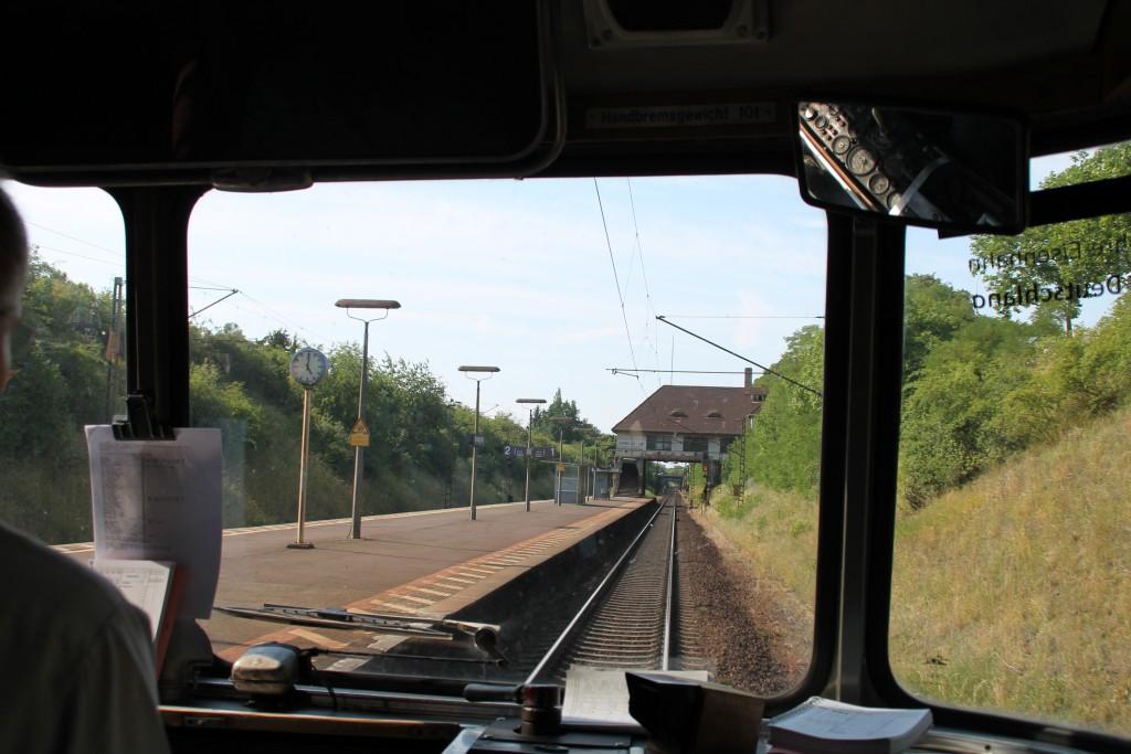 Am 07.06.2015 durchfährt 798 829 den Haltepunkt Darmstadt Süd auf der Main-Neckar-Bahn.