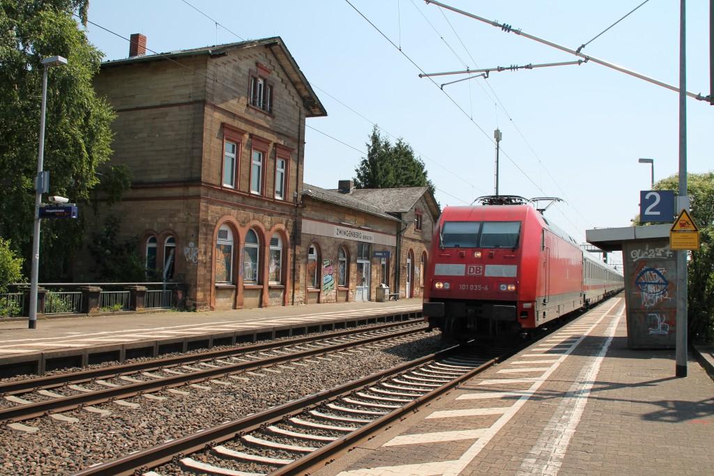 Am 07.05.2015 durchfährt 101 035 mit einem IC, über das Gegengleis, den Bahnhof Zwingenberg auf der Main-Neckar-Bahn.