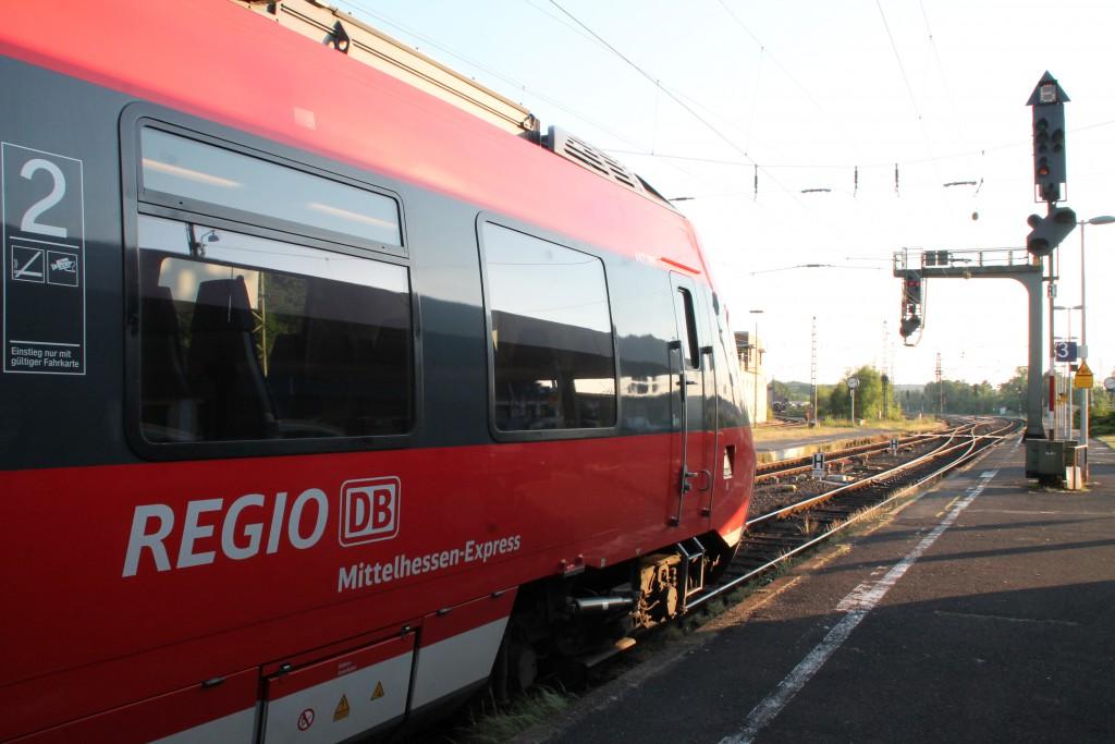 Am Abend des 05.06.2015 erhält 442 285, als Mittelhessen-Express nach Frankfurt, eine 60er Ausfahrt im Bahnhof Treysa, auf der Main-Weser-Bahn.