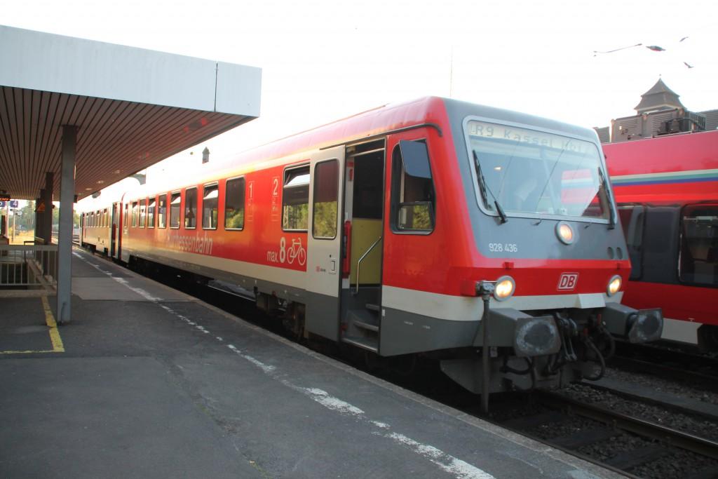 628 436, der Kurhessenbahn, wartet am Abend des 05.06.2015 mit seiner Regionalbahn nach Kassel im Bahnhof Treysa, auf der Main-Weser-Bahn, auf Ausfahrt.