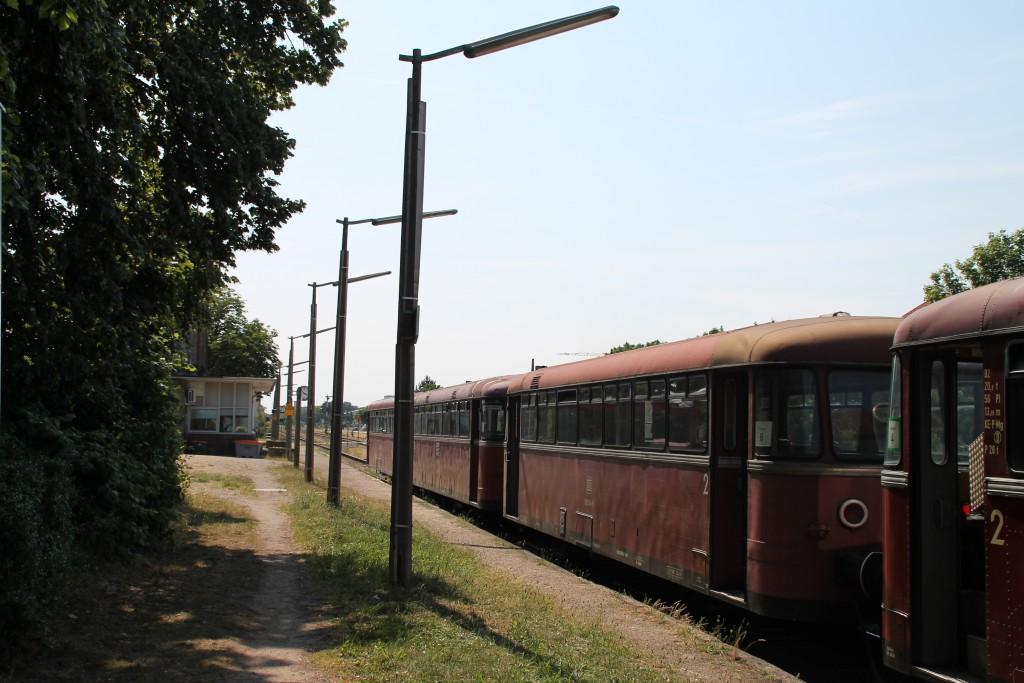 Bei schönstem Wetter stehen am 08.06.2015 Schienenbusse im Bahnhof Lorsch, auf der Nibelungenbahn bereit.