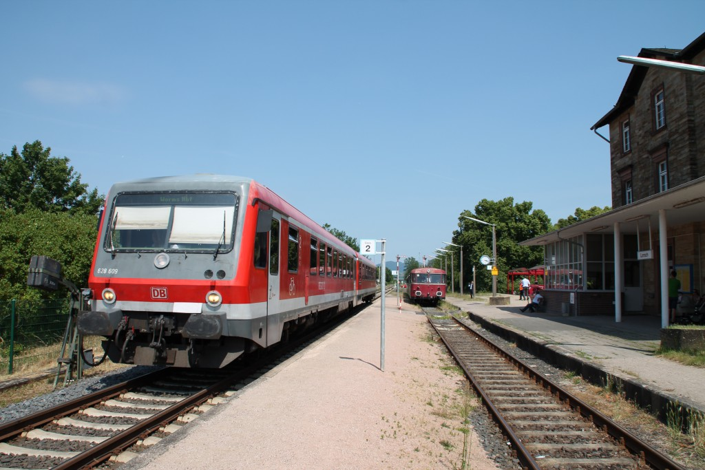 628 609 kreuzt am 07.06.2015 mit einer Schienenbusgarnitur im Bahnhof Lorsch, auf der Nibelungenbahn.