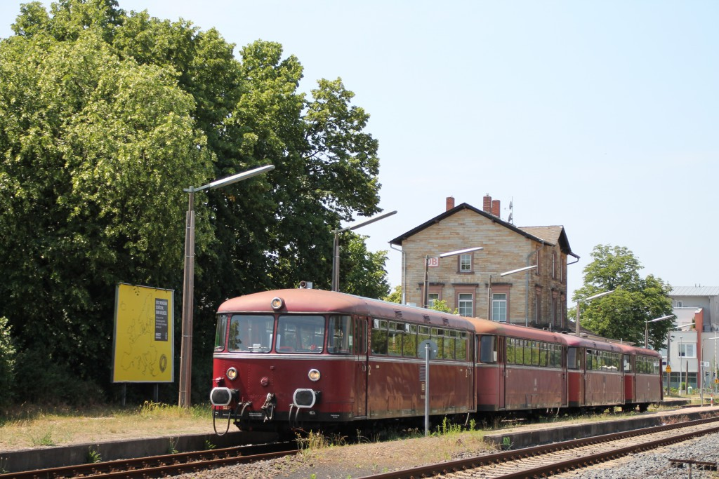Am 08.06.2015 stehen 798 829, 998 184, 798 589 und 996 677 im Bahnhof Lorsch auf der Nibelungenbahn.