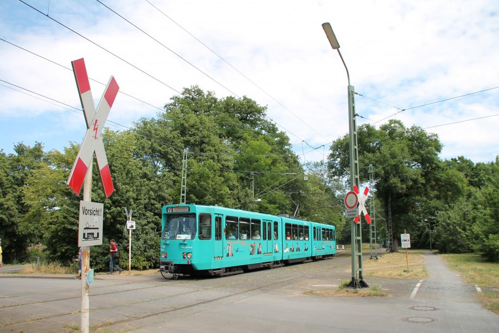 """Zum """"Frankfurter Tag der Verkehrsgeschichte"""" hält der PT Wagen 728 an der Strassenbahnhaltestelle Waldfriedhof-Goldstein in Frankfurt."""