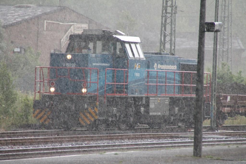 Während eines Starkregens rangiert V150.02 der HGB am alten Bahnbetriebswerk Dillenburg vorbei.