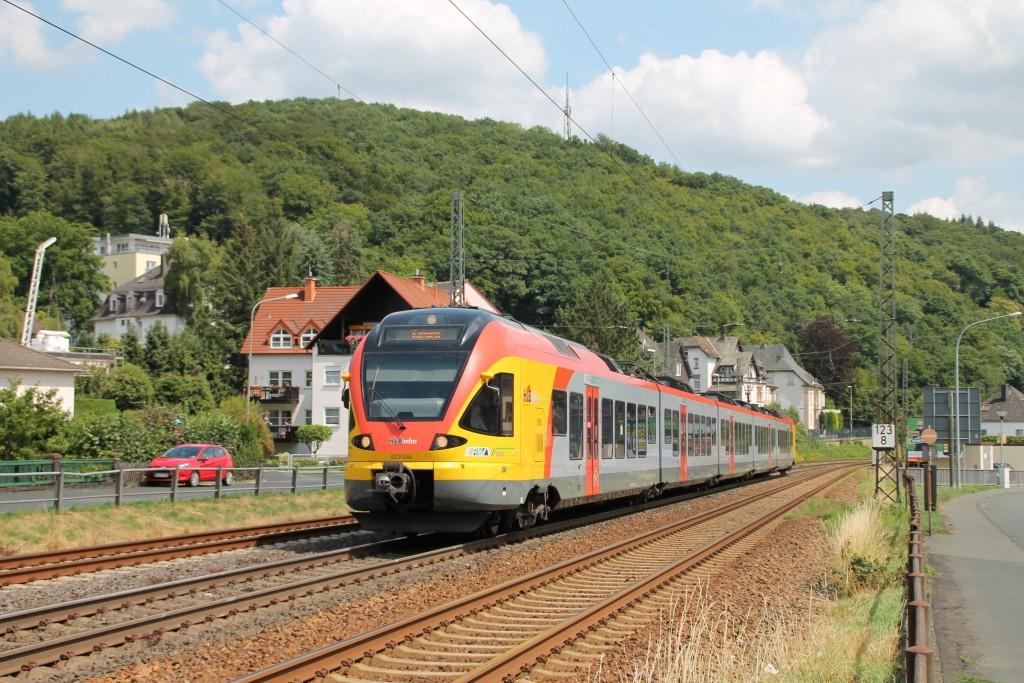 Ein FLIRT der HLB durchquert Dillenburg auf der Dillstrecke am 16.07.2015.