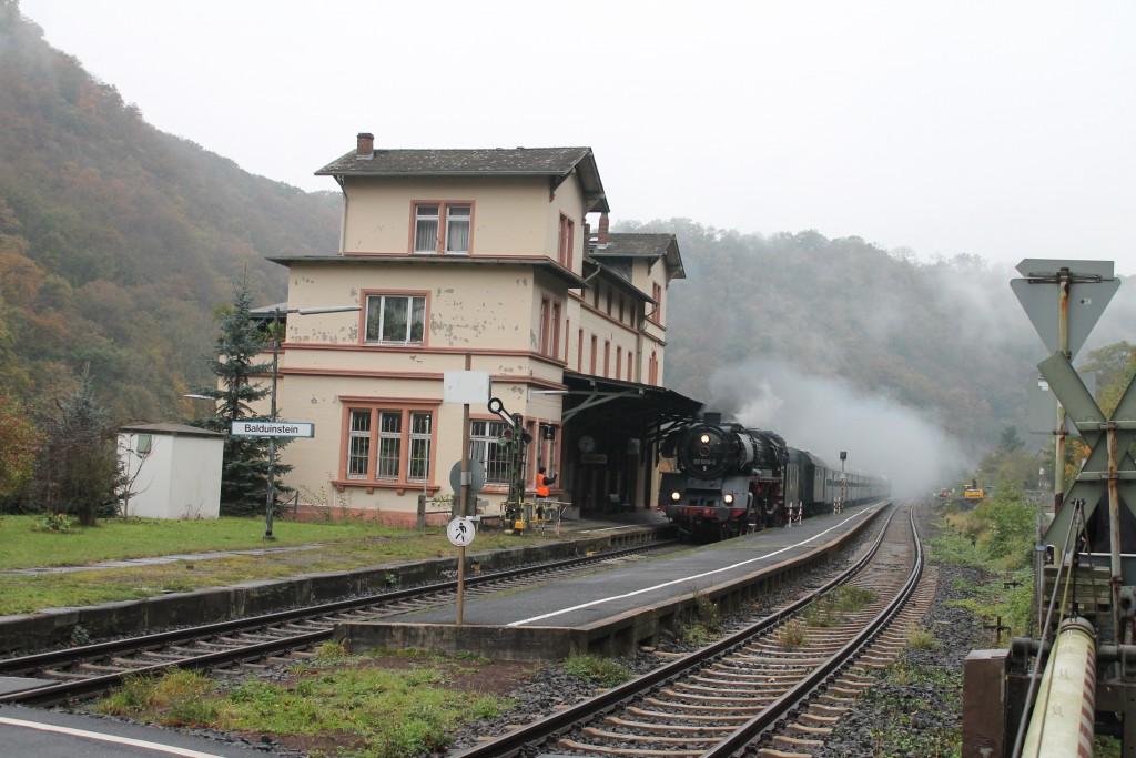 Am nebligen Morgen des 25.10.2015 fahren die Eisenbahnfreunde Treysa mit 03-1010 durch Balduinstein auf der Lahntalbahn.