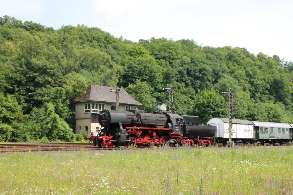 Nach einer Fahrt durchs Lahntal rangiert 52 4867 der HEF am 28.06.2015 durch den Bahnhof Weilburg, soeben passiert sie die Ausfahrsignale am Stellwerk Wo.