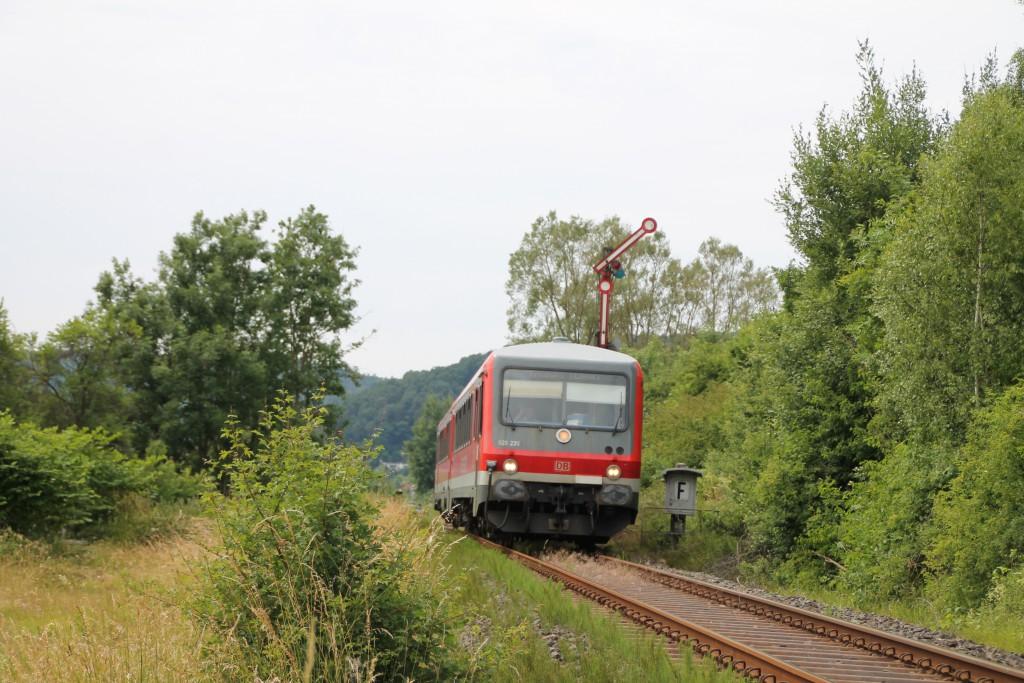 628 235 verlässt am 26.06.2015 den durchgeschalteten Bahnhof Buchenau auf der oberen Lahntalbahn.