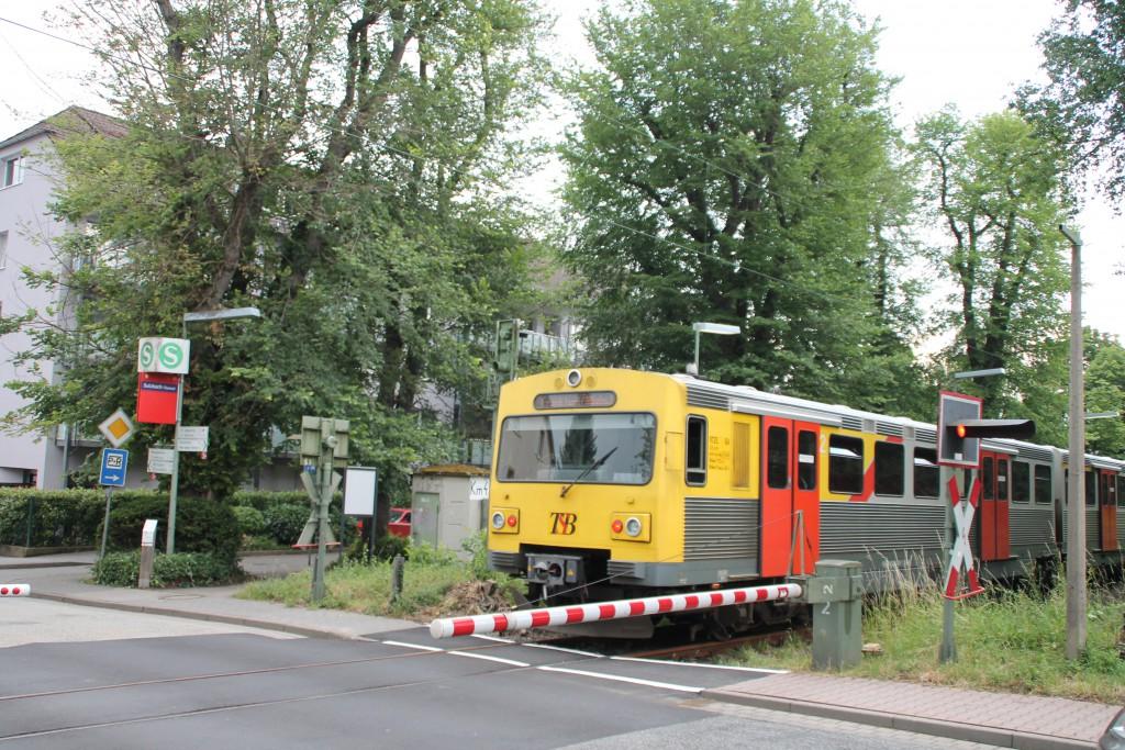 Ein VT2E der HLB fährt am 27.06.2015 in den Haltepunkt Sulzbach auf der Sodener Bahn ein.