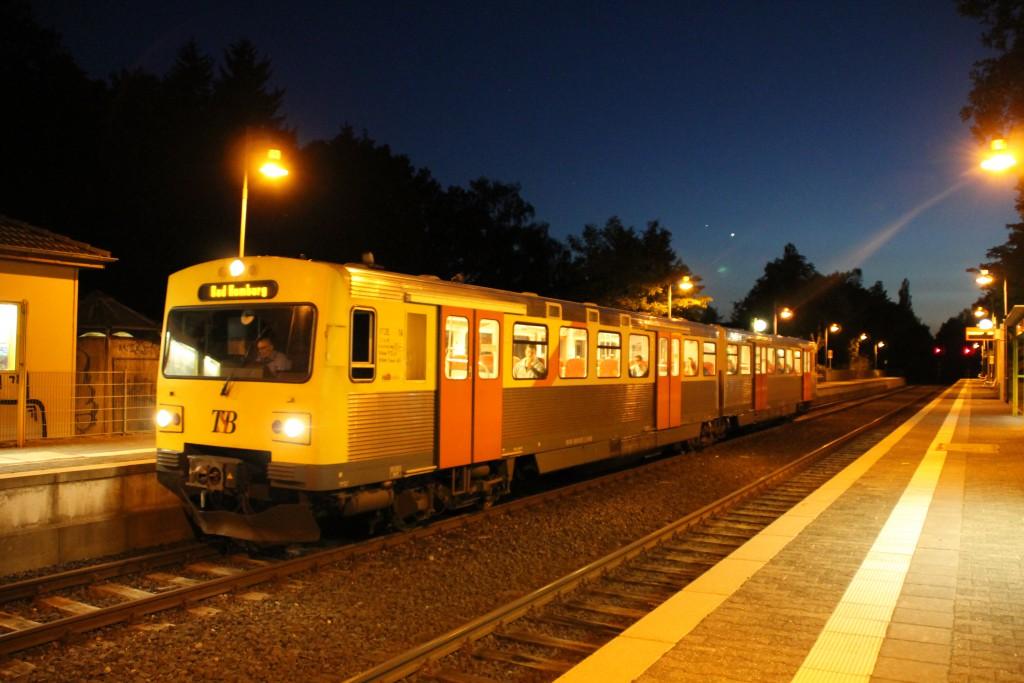 Am Abend des 27.06.2015 wartet ein VT2E der HLB noch auf Fahrgäste im Bahnhof Saalburg/Lochmühle auf der Taunusbahn.