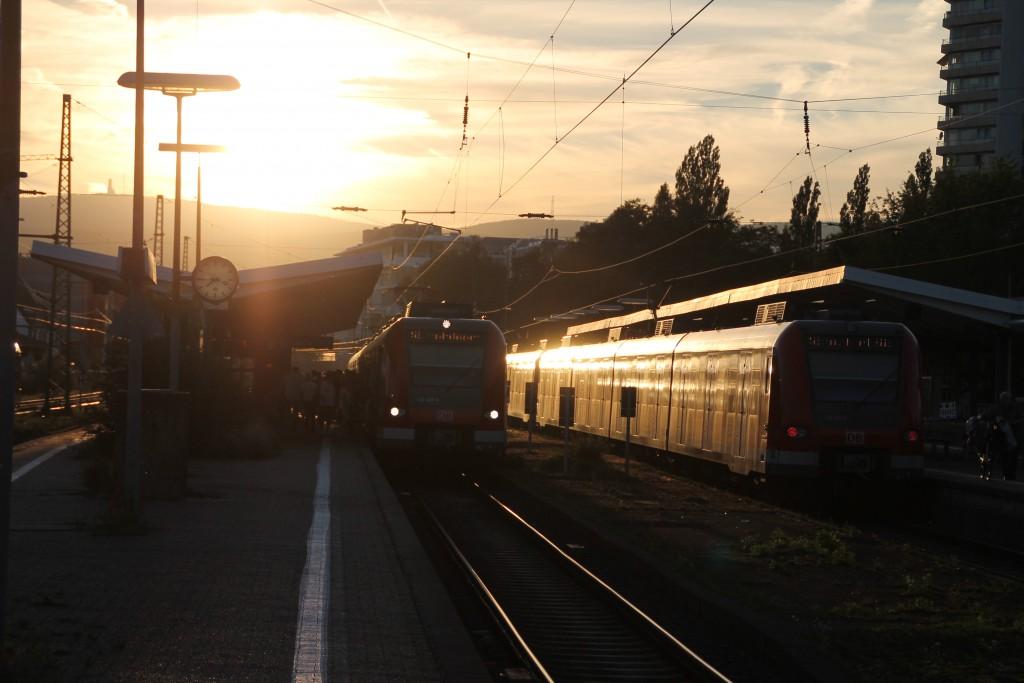 Am Abend des 29.08.2015 begegnen sich im Bahnhof Bad Homburg 423 407 und 427 378.