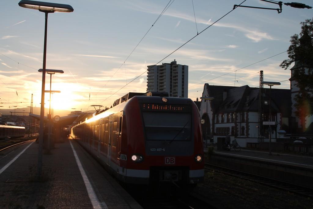 Aus der Abendsonne kommt am 29.08.2015 423 407 im Bahnhof Bad Homburg in Richtung Friedrichsdorf hervor.