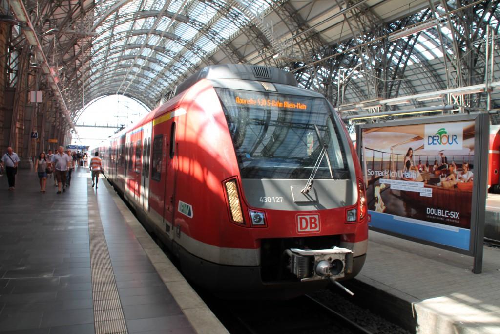 Im Hauptbahnhof in Frankfurt am Main wartet am 29.08.2015 430 127.