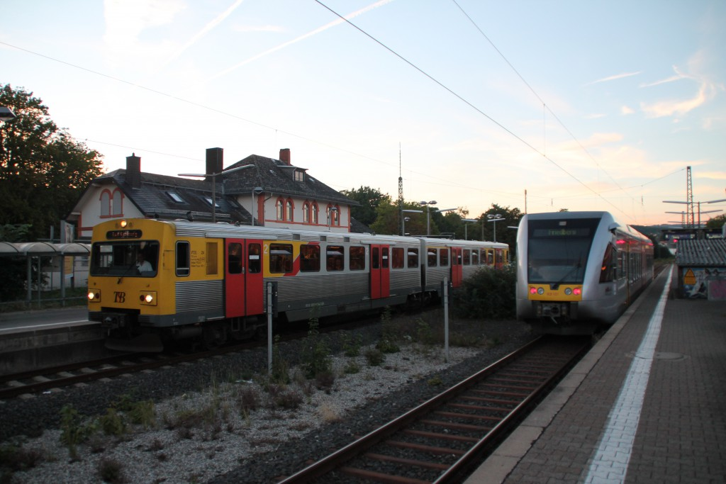 Am 29.08.2015 begegnen sich zwei Fahrzeuge der HLB im Bahnhof Friedrichsdorf, ein VT2E ist kurz vor seinem Ziel Bad Homburg angekommen und der GTW wartet auf Ausfahrt in Richtung Friedberg.