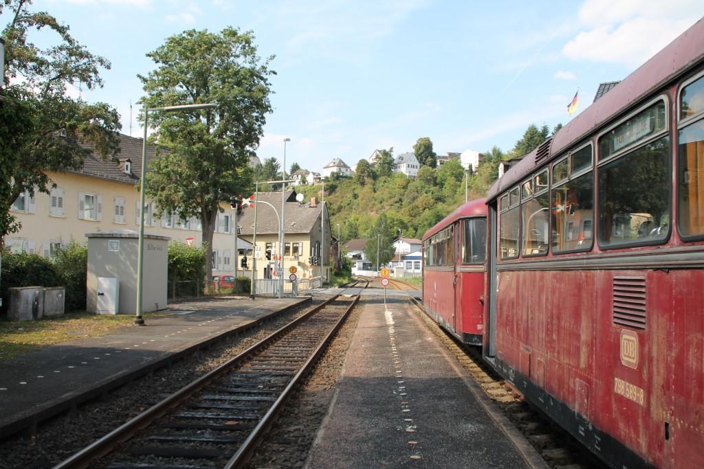Mit 996 677 an der Spitze steht 798 589 am 22.08.2015 in Runkel auf der Lahntalbahn.