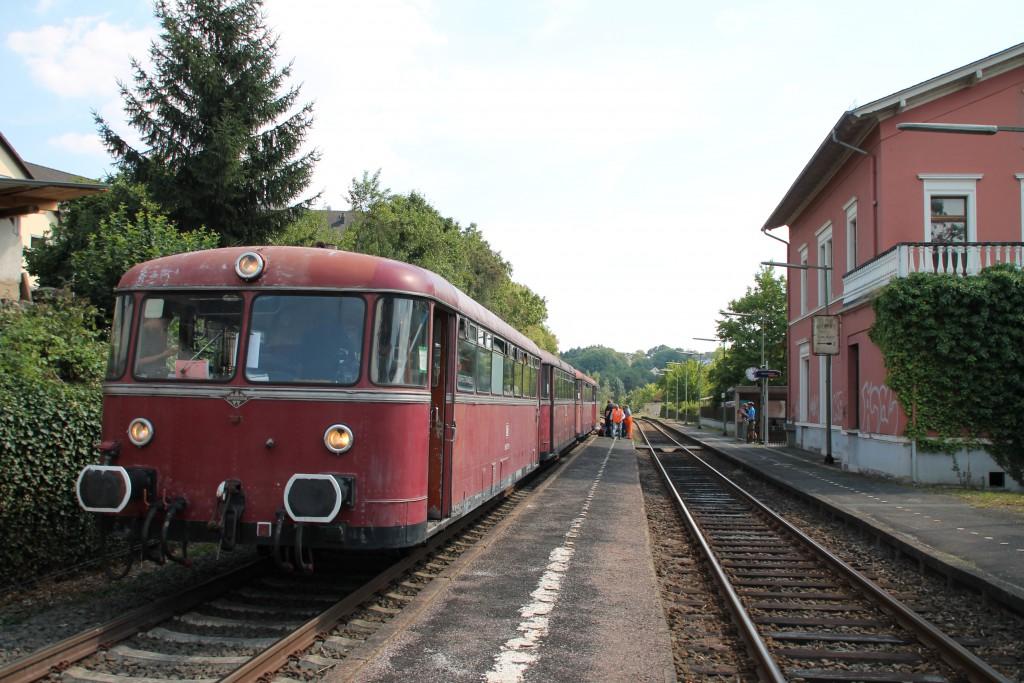Am 22.08.2015 steht 996 677 mit seiner vierteiligen Schienenbusgarnitur in Runkel auf der Lahntalbahn.