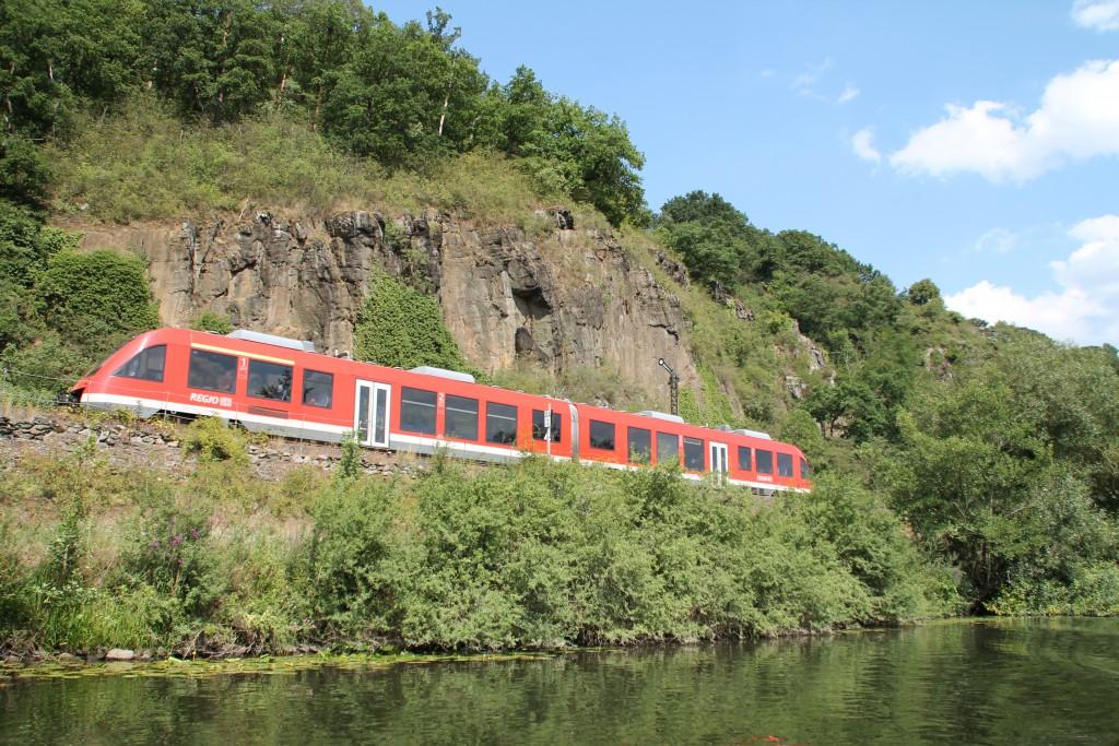 Unter den felsigen Wänden auf der Lahntalbahn steht bei Kilometer 44,2 das Einfahrsignal von Runkel, dies passiert am 01.08.2015 ein LINT der DB.