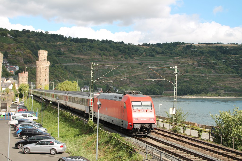 Über die linke Rheinstrecke bringt 101 094 der DB ihren EC der SBB, am 15.08.2015 durchquert sie hier Oberwesel.