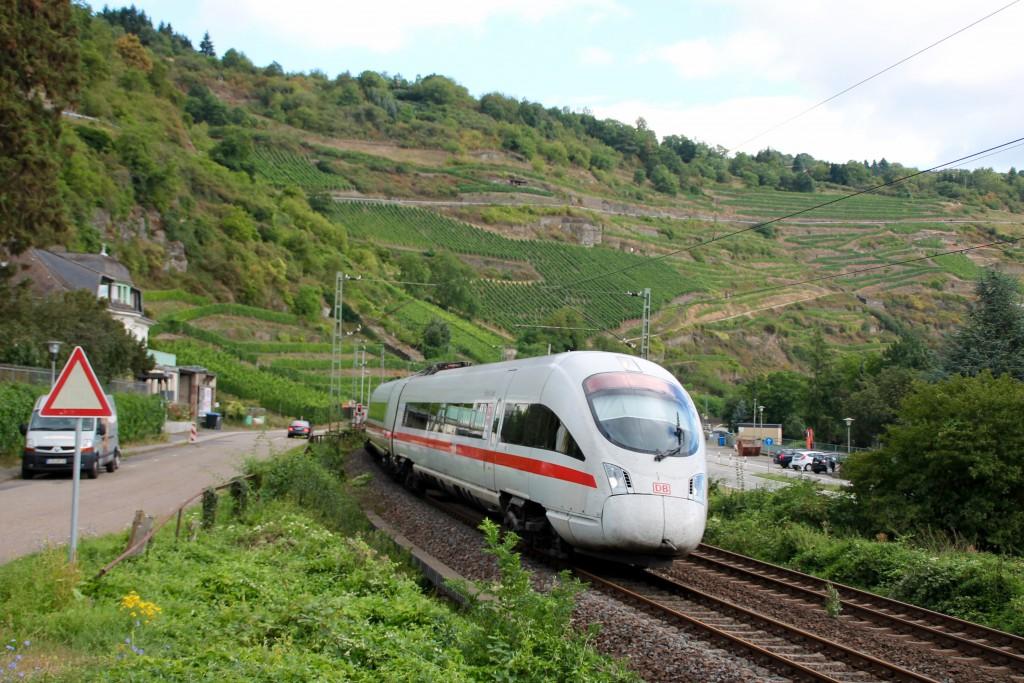 Ein ICE der Baureihe 411 durchquert am 15.08.2015 den Ort Oberwesel auf der linken Rheinstrecke.