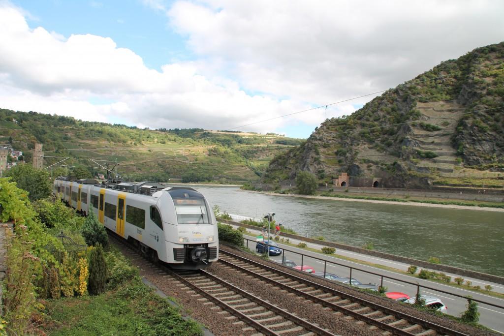 Den Nahverkehr auf der Linken Rheinstrecke wird durch die Trans-Regio mit Elektrotriebwagen abgewickelt, hier fährt soeben 460 003 in Oberwesel ein.