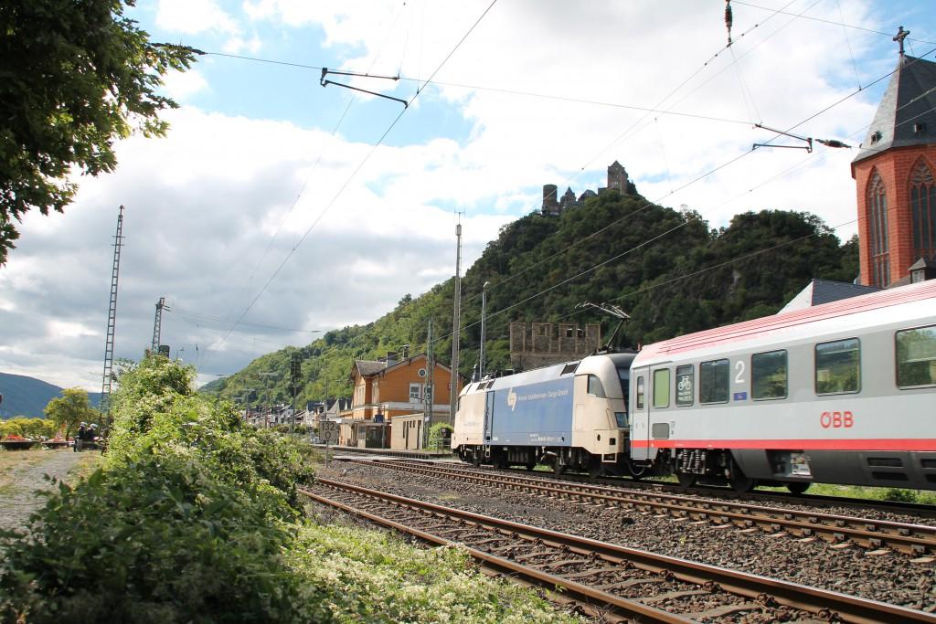 Eine DISPOLOK durchquert am 15.08.2015 mit ihrem EC aus Wagen der ÖBB Oberwesel auf der linken Rheinstrecke.