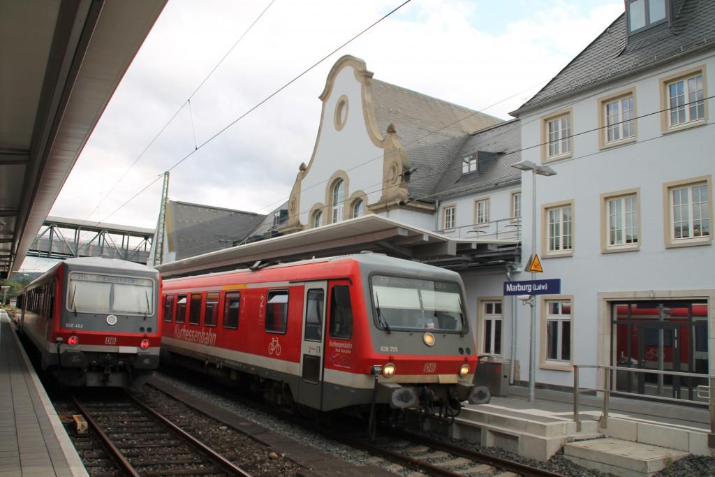 In Marburg fährt am 28.08.2015 neben 628 402 der 628 255 als Regionalbahn nach Frankenberg aus.