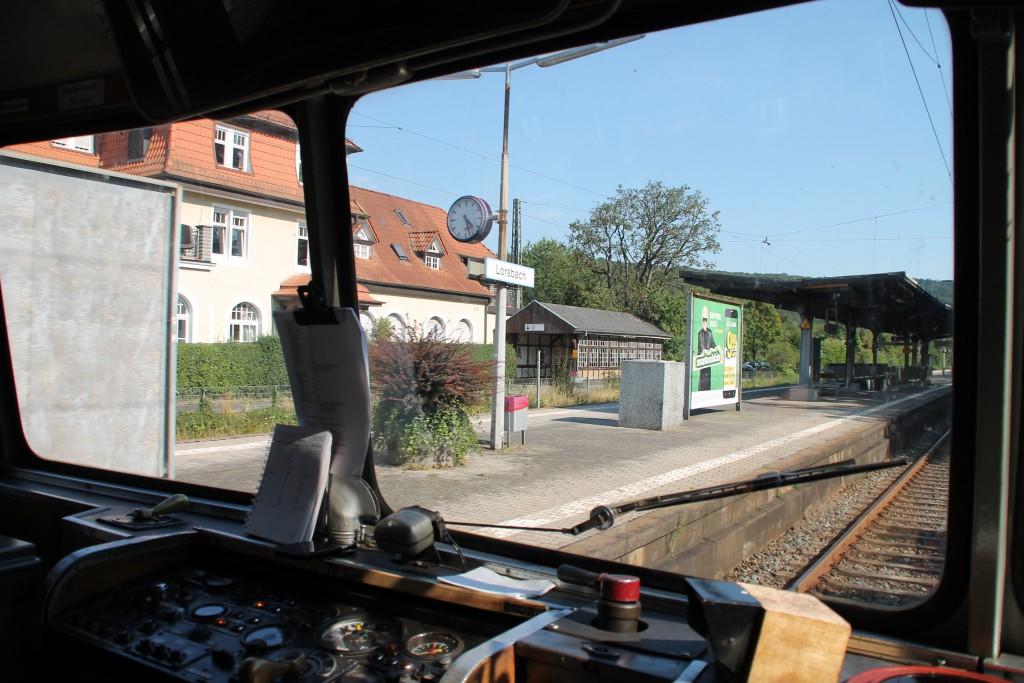 Ein Blick aus dem Führerstand von 798 829 am 22.08.2015 in Lorsbach auf der Main-Lahn-Bahn.