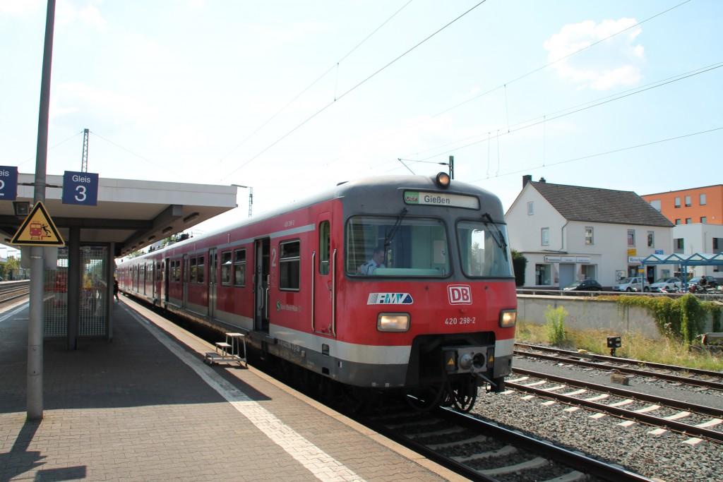 420 298 der OEF hält am 22.08.2015 in Butzbach auf der Main-Weser-Bahn.