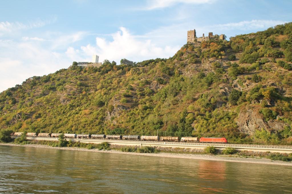 Unterhalb der Burg Steinberg zieht 145 042, am 22.08.2015, ihren Güterzug über die rechte Rheinstrecke Flussaufwärts.