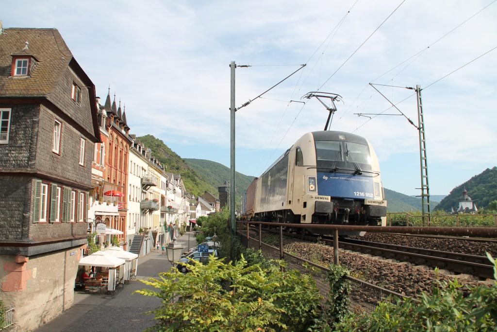 Ein TAURUS mit seinem Güterzug aus Österreich durchquert am 30.08.2015 den Ort Kaub auf der rechten Rheinstrecke.
