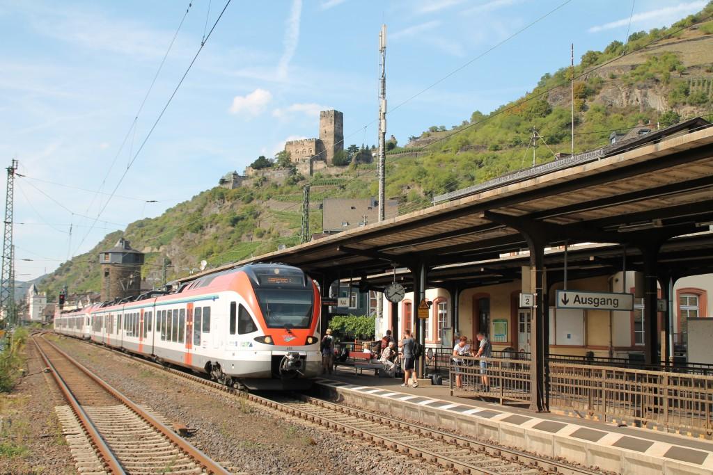 Eine Doppeltraktion aus FLIRT der VIAS hält unterhalb der Burg Gutenfels im Bahnhof Kaub, der rechten Rheinstrecke, aufgenommen am 30.08.2015.