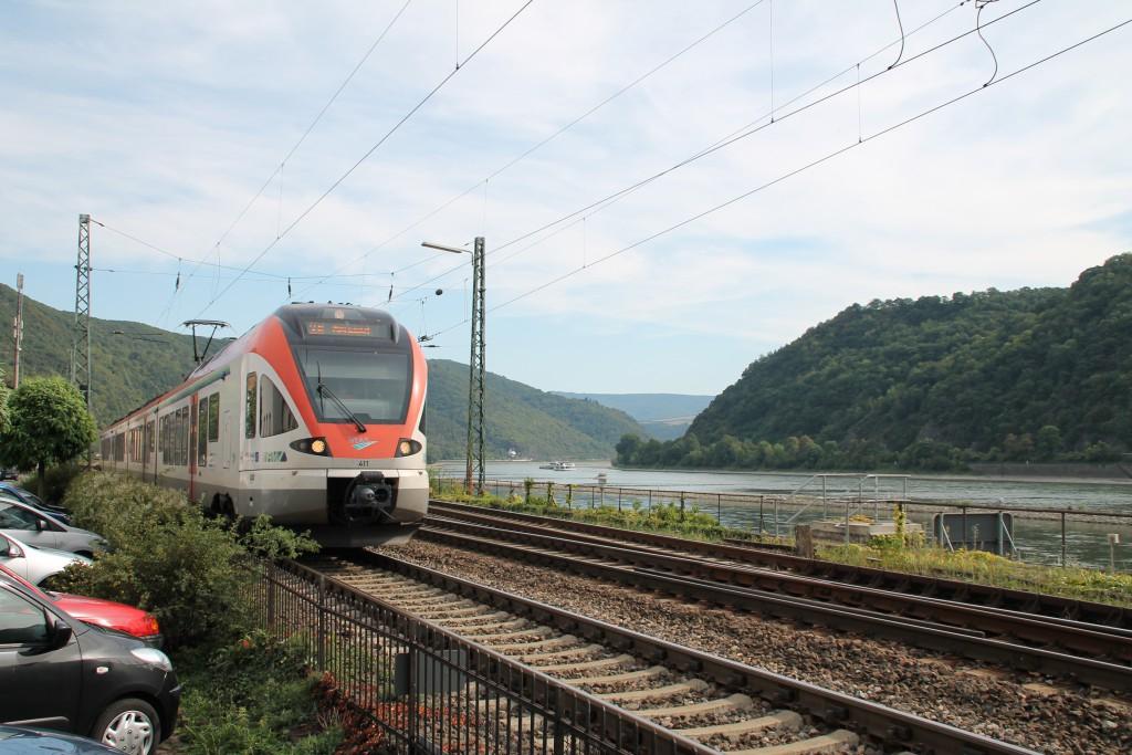 Durch das Rheintal schlängelt sich hier in Kaub ein FLIRT der VIAS in Richtung Neuwied, aufgenommen am 30.08.2015.