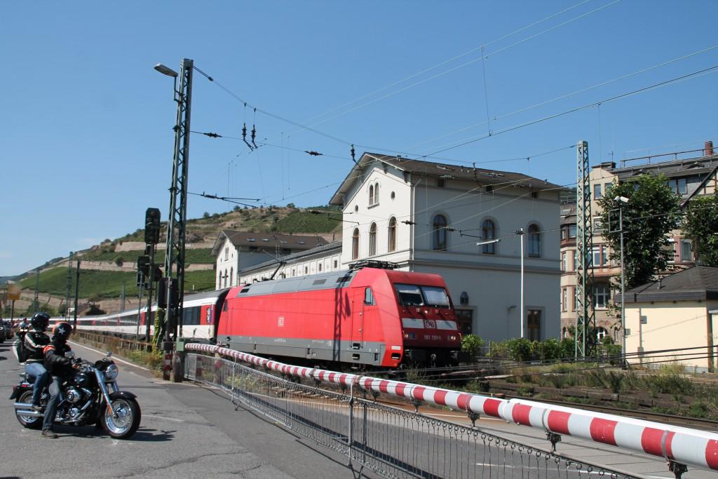 101 131 durchquert am 30.08.2015 mit ihrem EC den Bahnhof Rüdesheim auf der rechten Rheinstrecke.