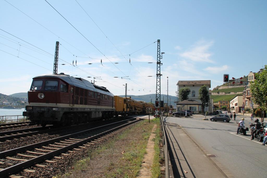 232 088 der EfW holte einen Bauzug von einer Baustelle auf der rechten Rheinstrecke ab, hier durchquert sie gerade Rüdesheim, aufgenommen am 30.08.2015.