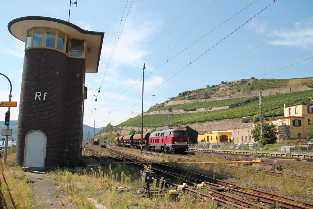 Unterhalb der Weinberge in Rüdesheim kam 215 025 der EfW mit einem Schotterzug von einer Baustelle von der rechten Rheinstrecke zurück, aufgenommen am 30.08.2015.
