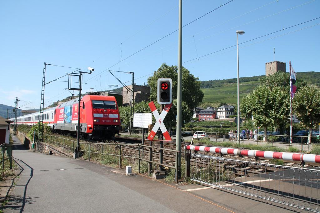 101 100 zieht ihren IC an der Brömserburg in Rüdesheim vorbei, aufgenommen am 30.08.2015.